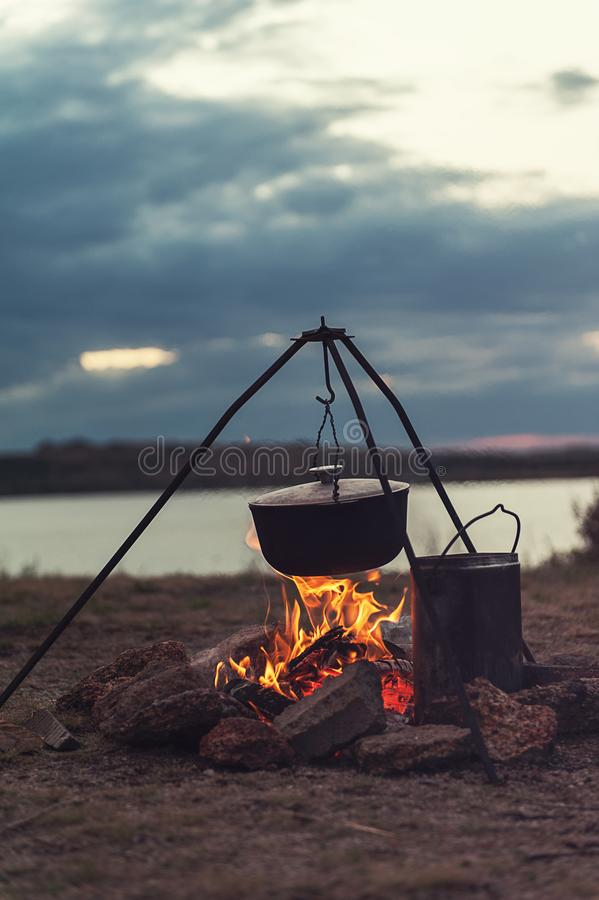 Preparazione dell'alimento su fuoco di accampamento fotografie stock libere da diritti