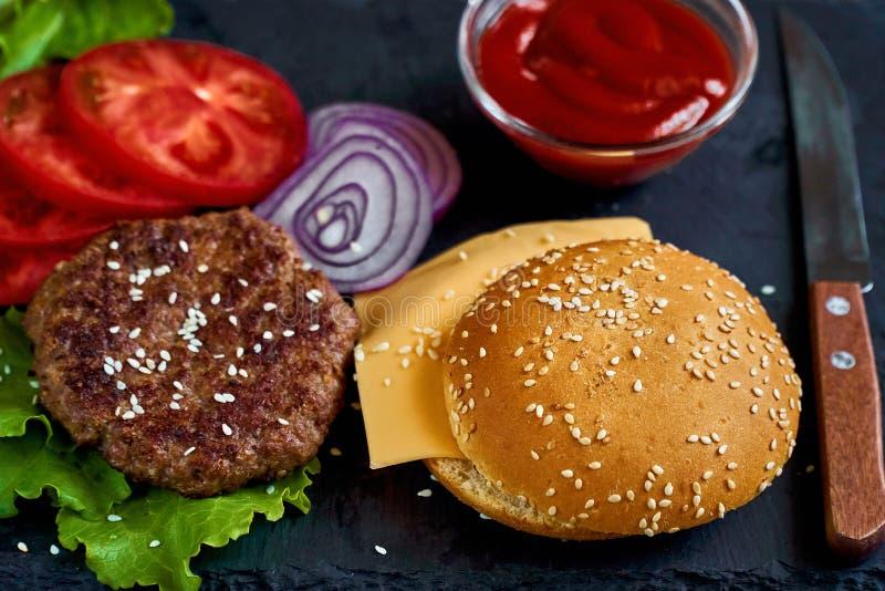 Preparazione dell'hamburger fotografia stock