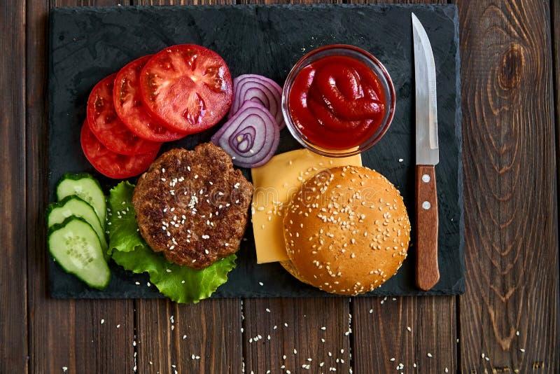 Preparazione dell'hamburger fotografie stock