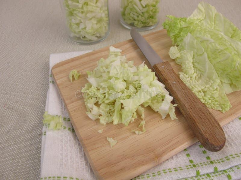 Preparazione dell'insalata di cavolo di napa immagini stock libere da diritti