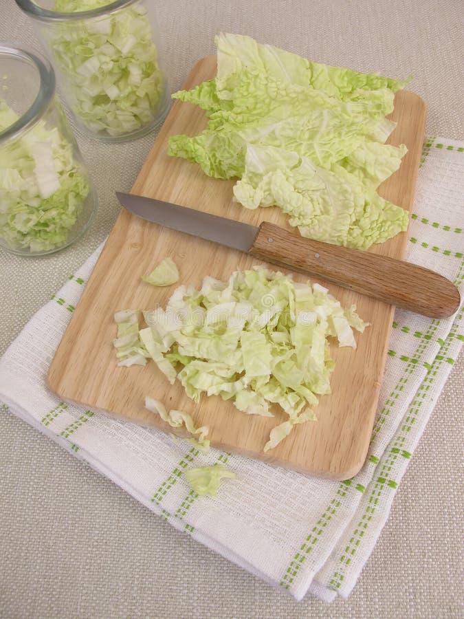 Preparazione dell'insalata di cavolo di napa fotografia stock libera da diritti