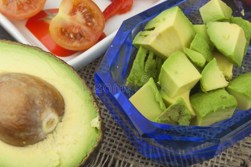 Preparazione dell'insalata dietetica dell'avocado Avocado maturo fresco su un fondo di legno immagini stock libere da diritti