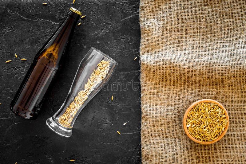 Preparazione della birra Orzo vicino alla bottiglia di birra ed al vetro sul modello di vista superiore del fondo della tela e de immagine stock libera da diritti