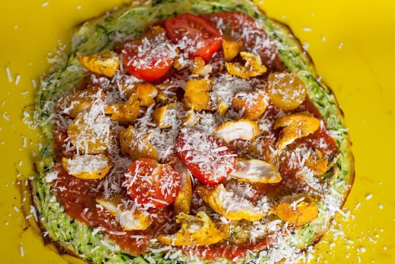 Preparazione della pizza libera del glutine sano con la crosta dello zucchini fotografie stock