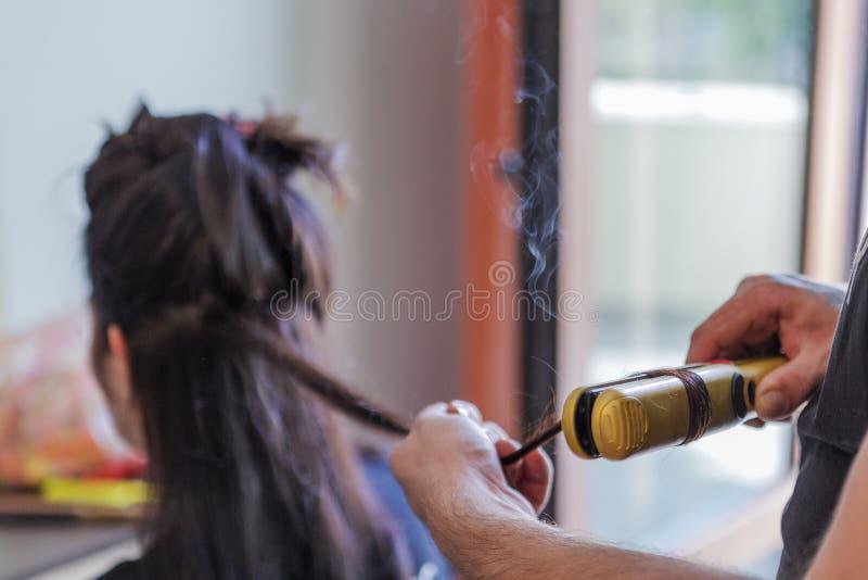 Preparazione della sposa pelosa ufficiale con capelli neri fotografia stock