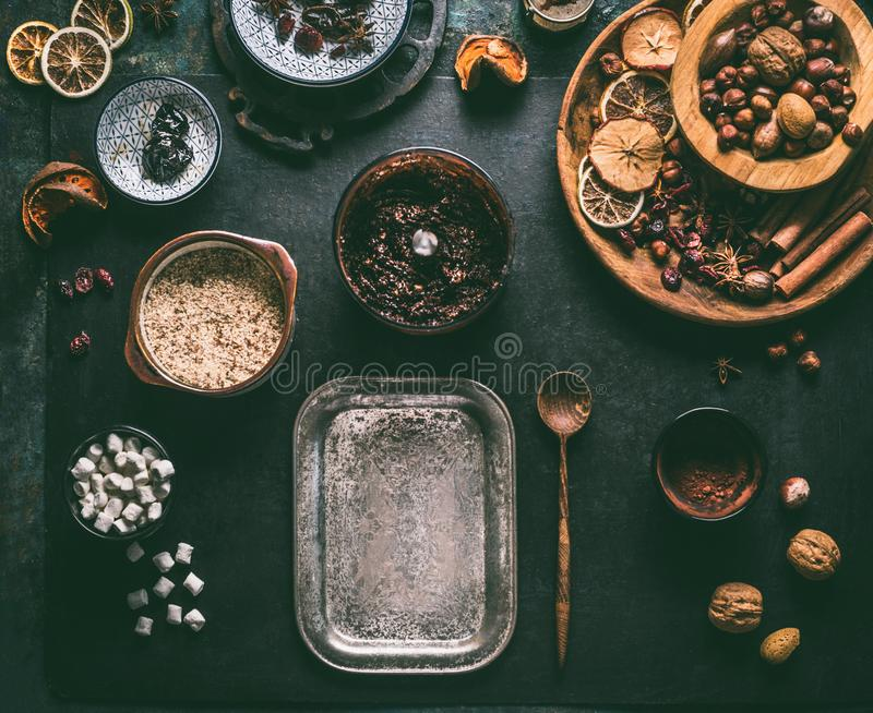 Preparazione delle praline casalinghe del tartufo di cioccolato del vegano con i frutti secchi e della miscela matta, ingredienti immagine stock libera da diritti