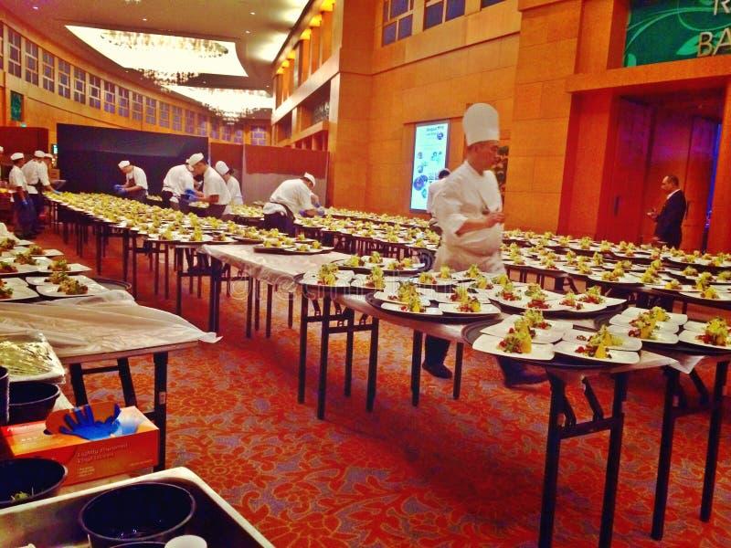 Preparazione di alimento per servire fotografia stock