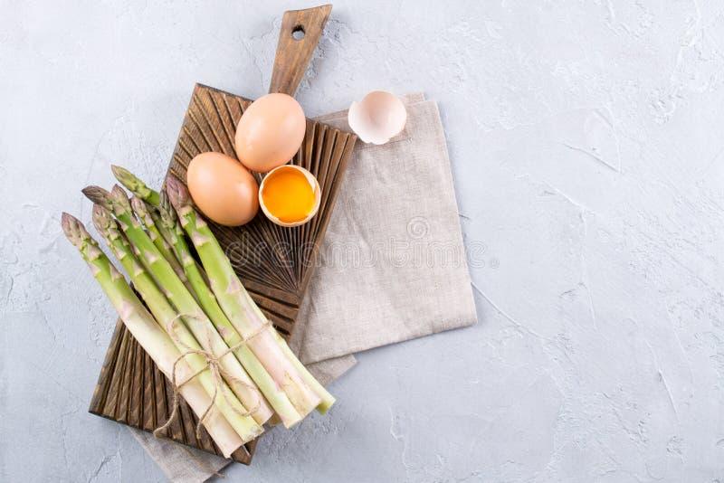 Preparazione di asparago e delle uova Prodotti semplici per uno spazio sano della prima colazione per testo immagini stock