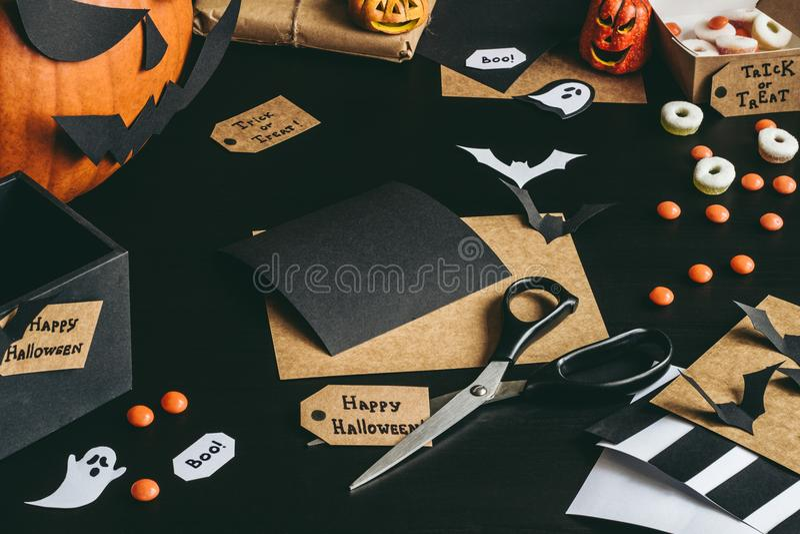 Preparazione di Halloween Decorazione di Halloween fatta della carta del mestiere fotografia stock