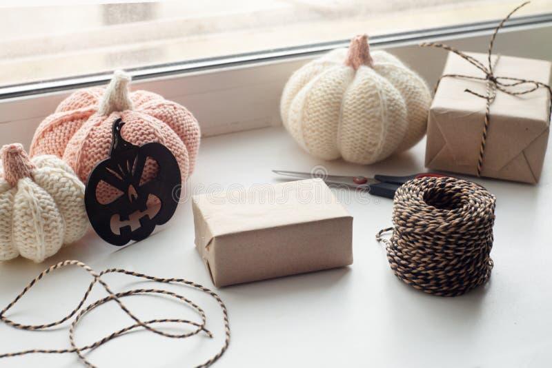 Preparazione di Halloween Elabori i contenitori di regalo di Halloween sul davanzale della finestra Concetto di feste, della deco fotografia stock libera da diritti