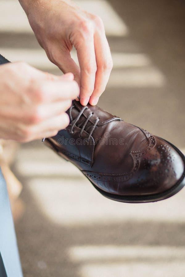 Preparazione di mattina degli sposi, vestiresi bello dello sposo immagini stock libere da diritti
