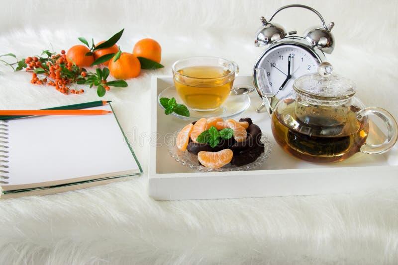 Preparazione di piano del taccuino della prima colazione di mattina fotografia stock libera da diritti