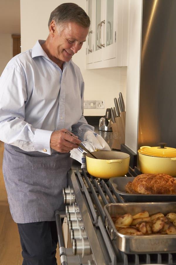 preparazione domestica del pasto dell'uomo fotografia stock