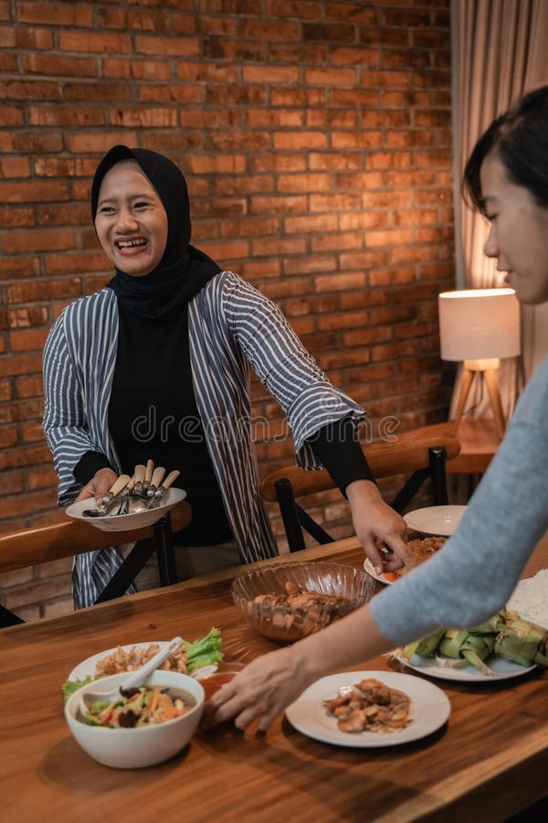 Preparazione musulmana per la cena di digiuno del Ramadan immagini stock