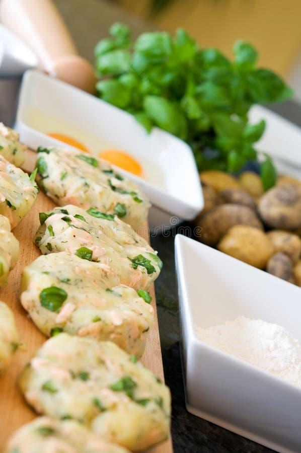 Preparazione patata e dei salmoni fotografia stock