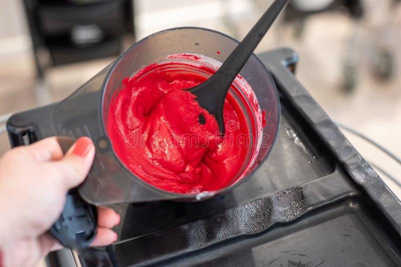Preparazione per coloritura di capelli in ciotole immagine stock