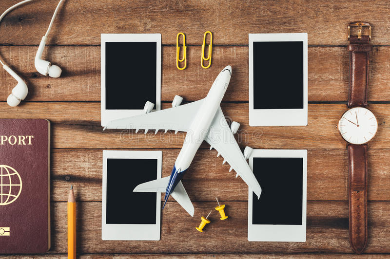 Preparazione per il concetto di viaggio, matita, passaporto, aeroplano, orologio, fotografie istantanee in bianco, trasduttore au immagini stock libere da diritti