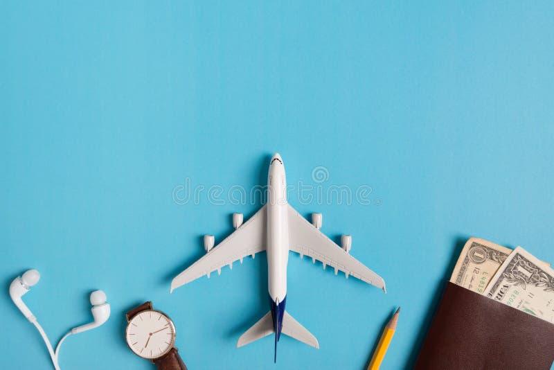 Preparazione per il concetto di viaggio, orologio, aeroplano, soldi, passaporto, matite, libro fotografia stock