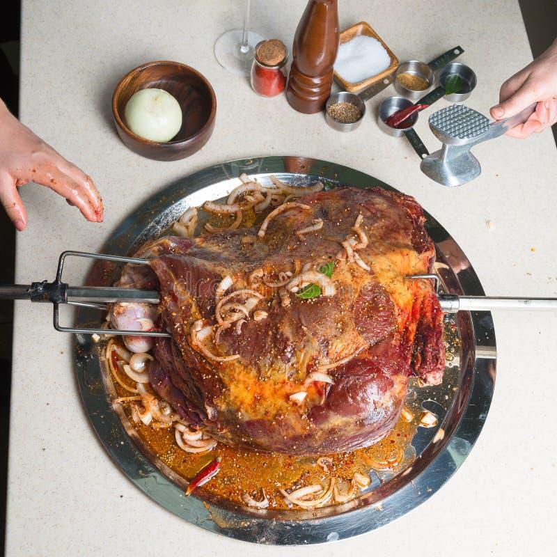 Preparazione per la cottura della carne con le spezie nel camino immagini stock libere da diritti