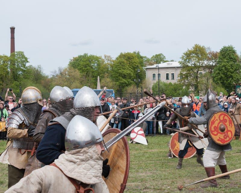 Preparazione per la ricostruzione storica della battaglia al festival a St Petersburg fotografia stock libera da diritti