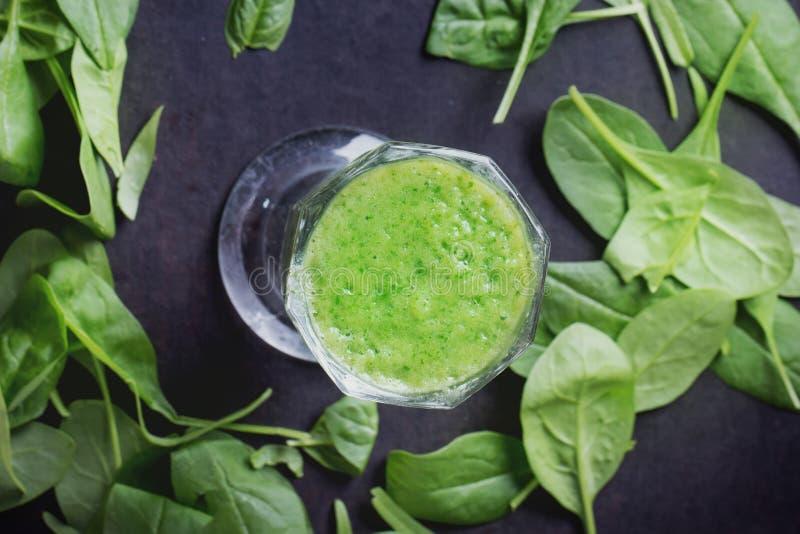 Preparazione verde del frullato immagine stock