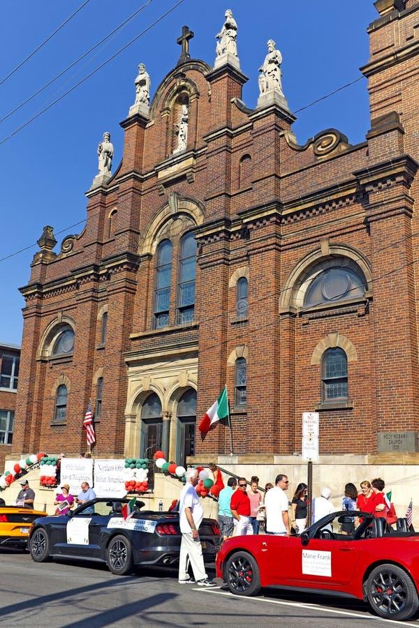 Preparazioni di parata di Columbus Day fatte davanti alla chiesa santa del rosario in poca Italia di Clevelands fotografia stock