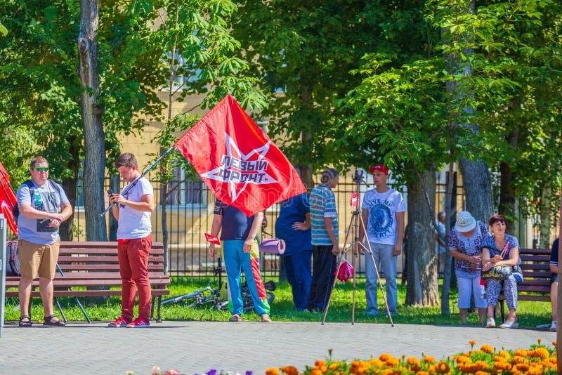 Preparazioni per il raduno contro sollevare l'età di pensionamento Testo nel Russo: Parte anteriore sinistra immagine stock