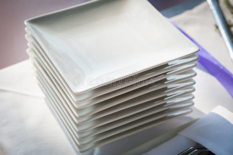Preparazioni per il taglio della torta nunziale immagine stock libera da diritti
