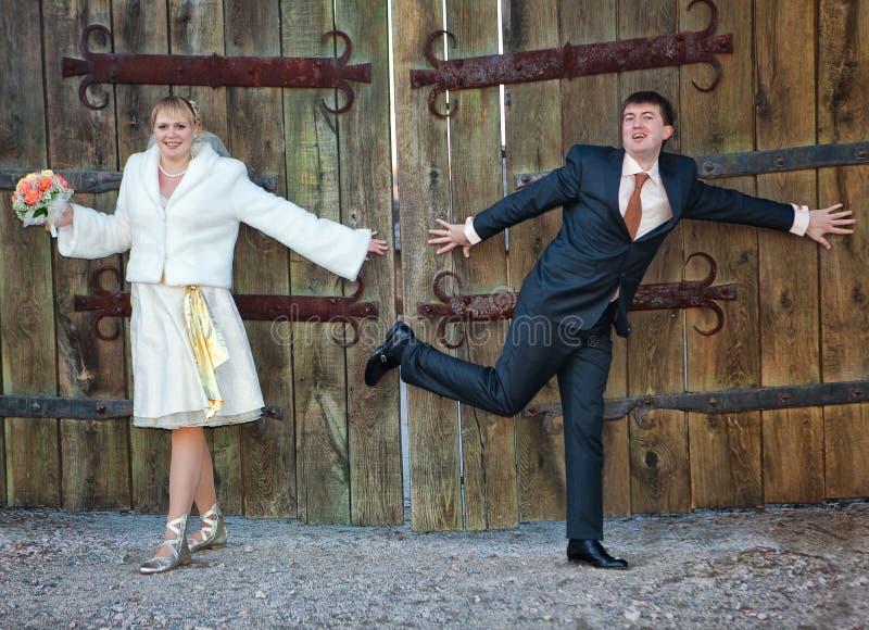 Prepare e o suporte da noiva perto da porta de madeira fotografia de stock