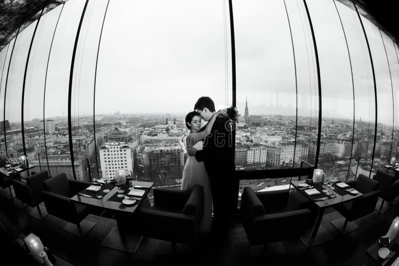 Prepare los controles una novia en sus brazos que se colocan solos en un r panorámico foto de archivo