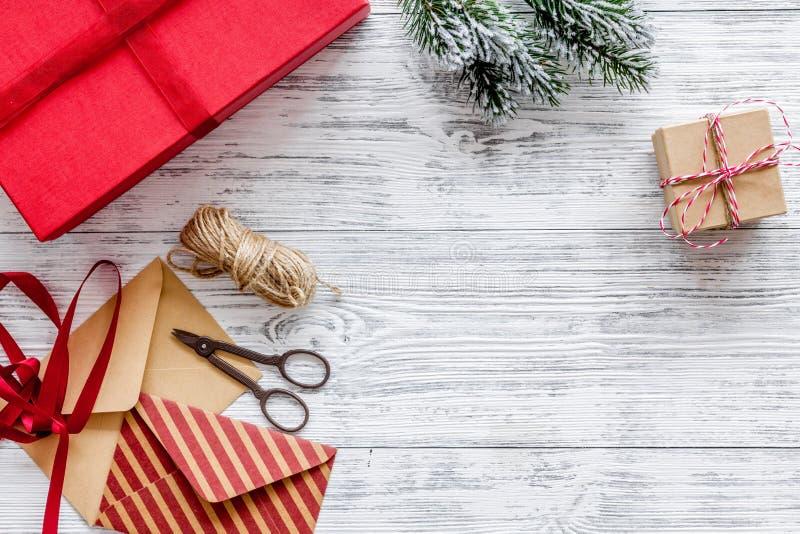 Prepare o ano novo e o Natal 2018 presentes em umas caixas e envelopes no modelo de madeira do veiw da parte superior do fundo fotografia de stock royalty free