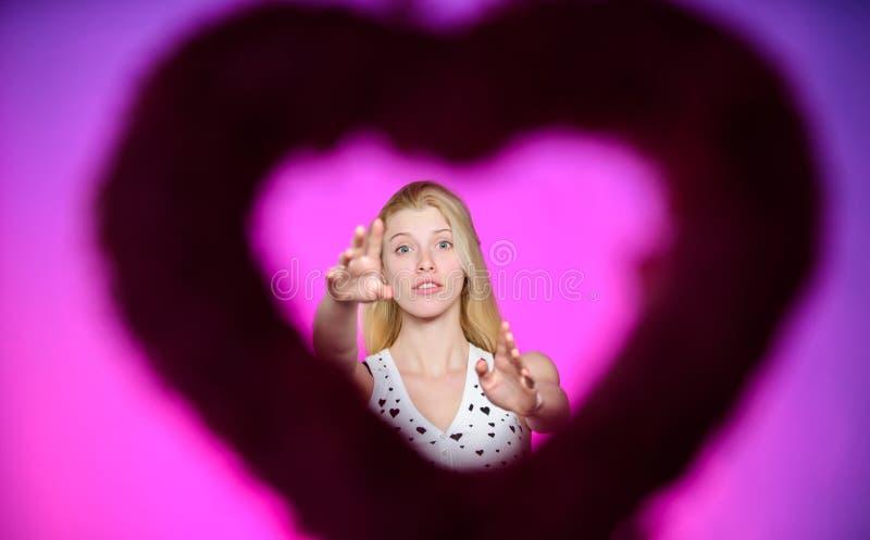 Prepare o dia de Valentim da celebração Amor e romance Vista através do modelo de forma bonito da mulher da silhueta da forma do  imagem de stock
