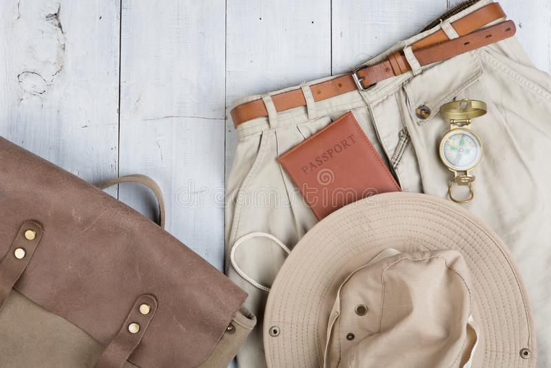 Prepare para a viagem no estilo do safari, caminhada e mochileiro - acessórios e artigos do curso, embalando a roupa na trouxa: t fotos de stock royalty free
