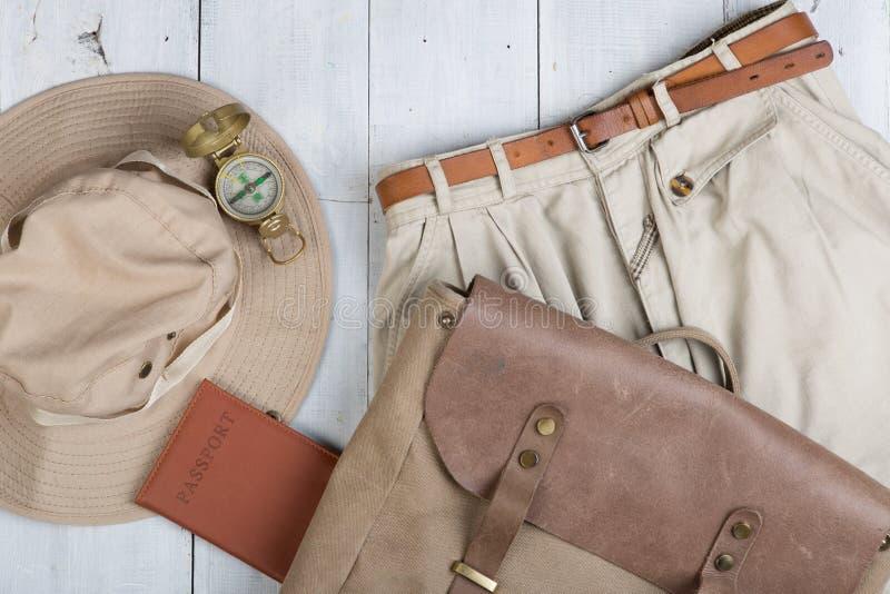 Prepare para a viagem no estilo do safari, caminhada e mochileiro - acessórios e artigos do curso, embalando a roupa na trouxa: t imagem de stock
