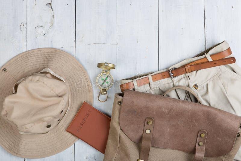 Prepare para a viagem no estilo do safari, caminhada e mochileiro - acessórios e artigos do curso, embalando a roupa na trouxa: t imagem de stock royalty free