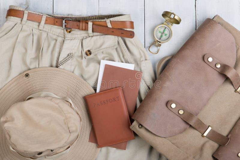 Prepare para a viagem no estilo do safari, caminhada e mochileiro - acessórios e artigos do curso, embalando a roupa na trouxa: t imagens de stock