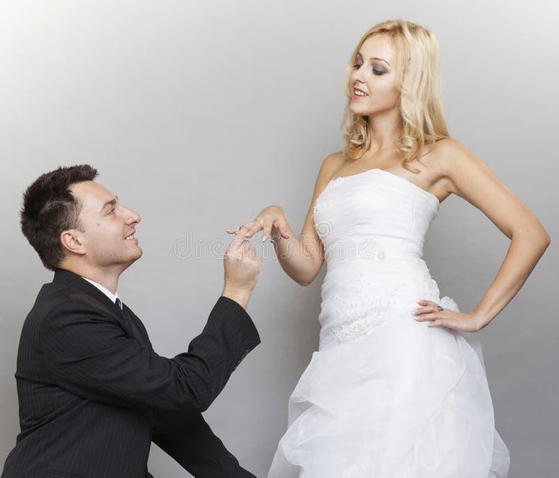 Prepare poner un anillo de bodas en el finger de la novia imágenes de archivo libres de regalías