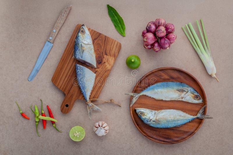 Prepare que cocinaba la comida tailandesa tradicional preservada saló sala de los pescados fotografía de archivo