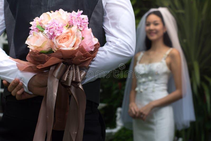 Prepare sostener el ramo colorido de la boda en el suyo de nuevo a la novia de la sorpresa, manojo del primer de floretes fotos de archivo libres de regalías