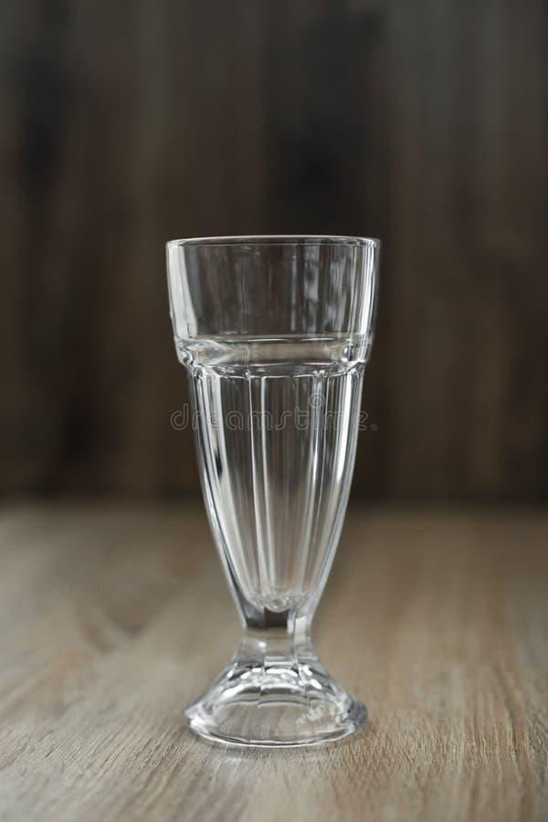 Prepare uma bebida quente deliciosa da vitamina em um dia de inverno frio Secadora de roupa de vidro vazia em uma tabela de madei fotografia de stock