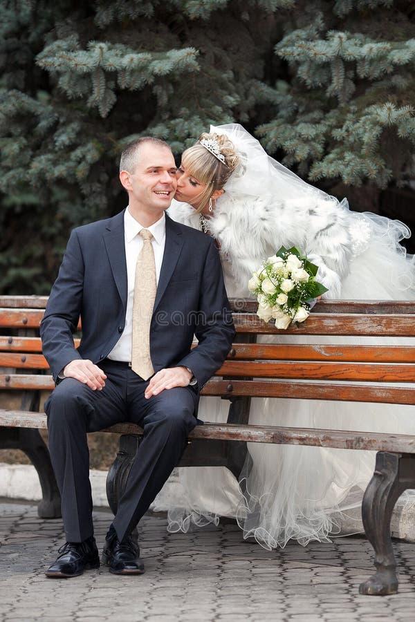 Prepare y la novia en parque en un banco fotos de archivo libres de regalías