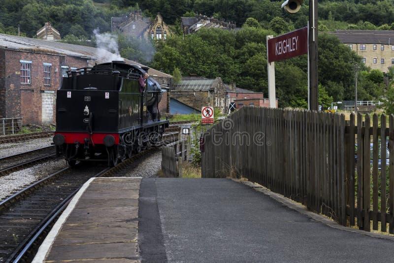 Prepari il driver che inverte il treno a vapore alla stazione ferroviaria di Keighley su Keighley e degno la ferrovia della valle immagine stock libera da diritti