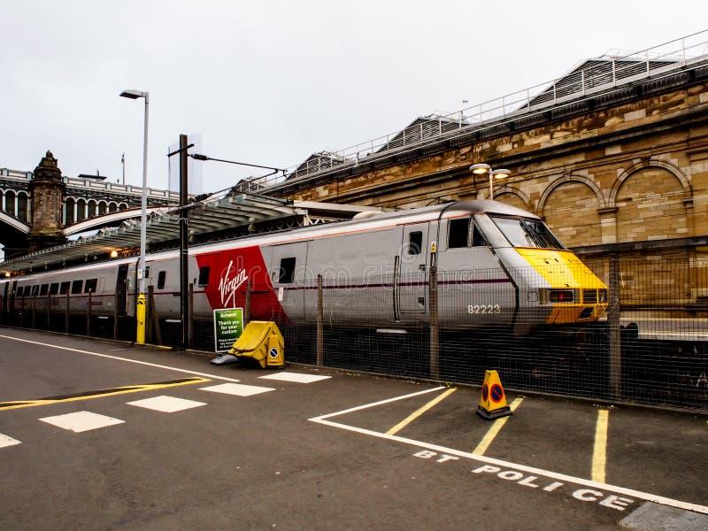 Prepari l'aspettare la gente nella stazione di Edimburgo Waverley fotografia stock libera da diritti