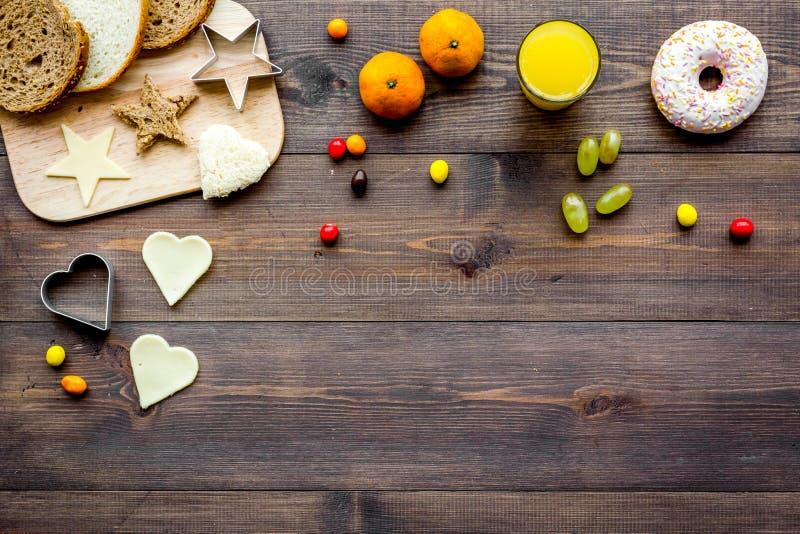 Prepari la prima colazione sana per i bambini Verdure, panini e frutta Copyspace di legno scuro di vista superiore del fondo fotografia stock libera da diritti