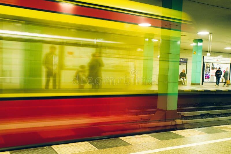 Prepari la venuta alla stazione della metropolitana, Berlino - Germania fotografie stock
