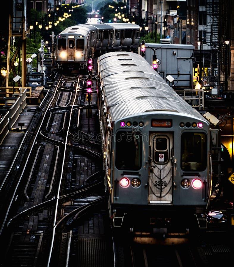 Prepari sulle piste elevate all'interno delle costruzioni al ciclo, il centro urbano di Chicago - effetto artistico tonale profon immagine stock libera da diritti