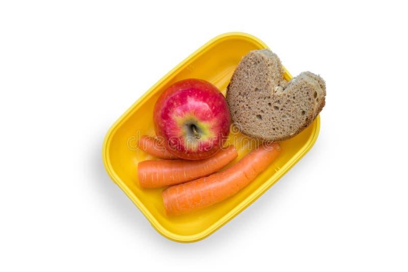 Preparou Lovingly a cesta de comida com pão, maçã e cenouras do almoço no fundo branco imagem de stock