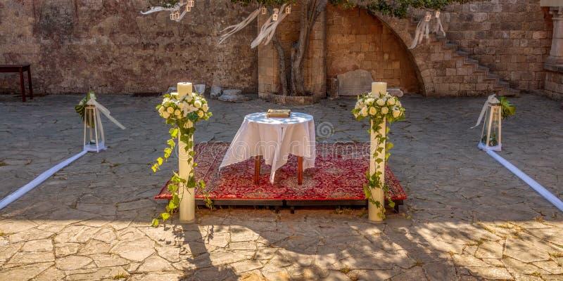 Prepartions do casamento no monastério de Filerimos, o Rodes, Grécia foto de stock royalty free