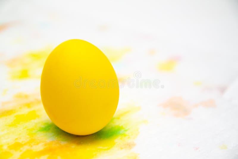 Prepearing für Ostern Gemaltes gelbes Farbei auf buntem Hintergrund Copyspace stockbild