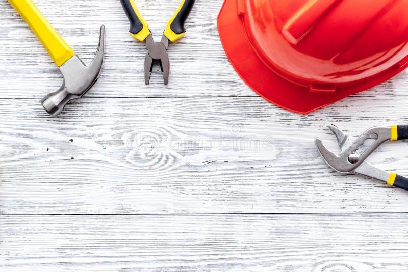 Preraring voor huisreparatie Contructionhulpmiddelen op grijze houten bureau hoogste mening als achtergrond copyspace stock foto